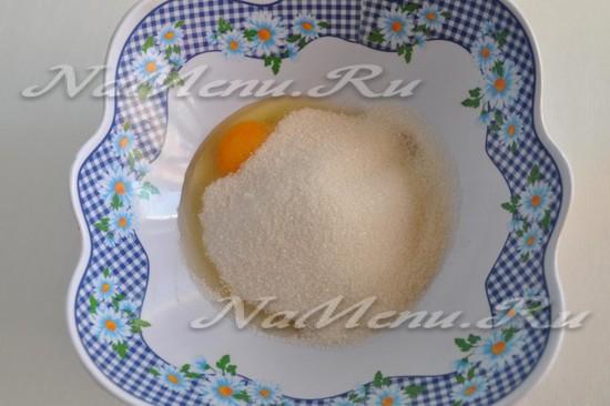 Вбить яйцо, добавить сахар
