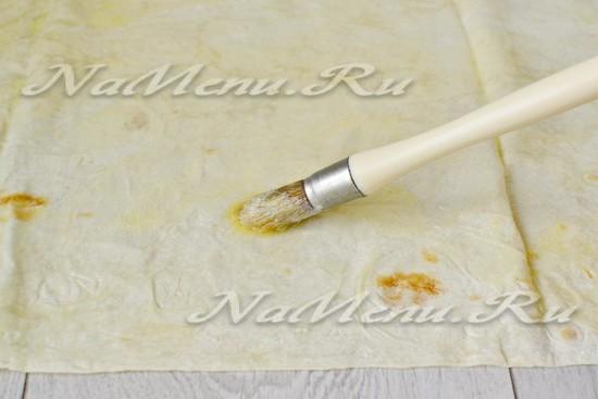 смазать маслом лист лаваша