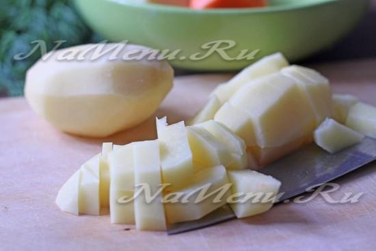 Картофель нарезать на брусочки