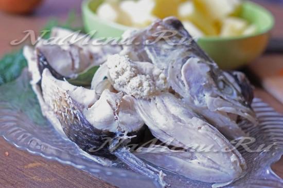 вытащить из бульона рыбу