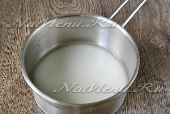 соединить сахар и воду