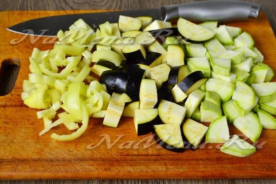 баклажаны, кабачки и перец нарезать