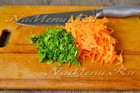 петрушку мелко рубим, морковь трем
