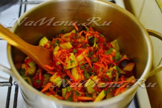 Заливаем смесь в кастрюлю с нарезанными овощами