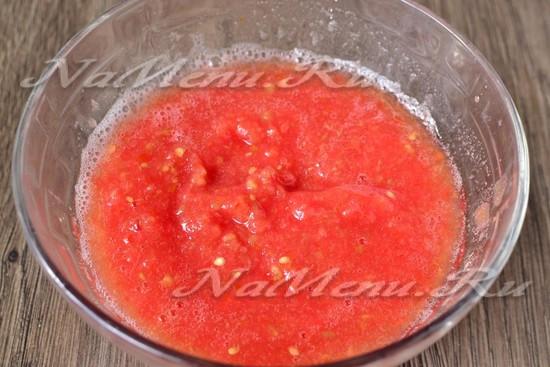 томаты нарезать и перемолоть