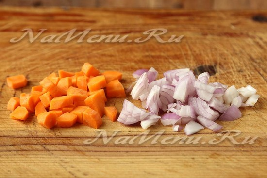 Режем небольшими кубиками морковку и мелко рубим луковицу
