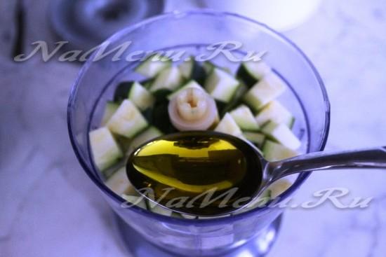 Вливаем ложку оливкового масла. Измельчаем и взбиваем цукини с маслом и миндалем