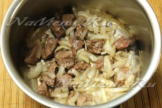 обжариваем мясо, потом лук