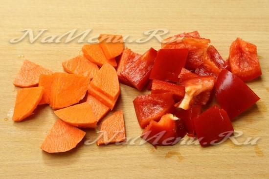 нарезать кусочками морковь и сладкий болгарский перец