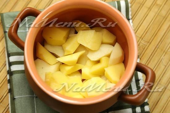 На дно горшочка выкладываем картошку