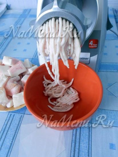 Измельчить сало с чесноком в мясорубке