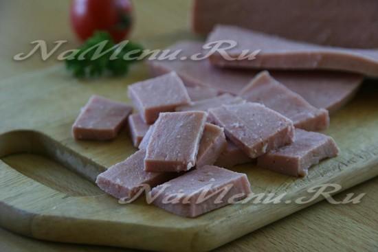 колбасу режем кусочками