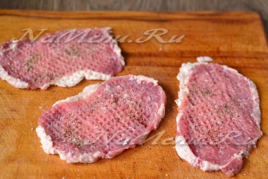 мясо нарезать, отбить, посыпать солью и перцем