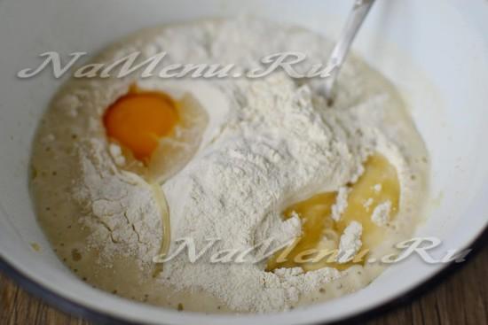 добавить яйца, муку, воду