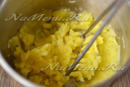 отвариваем картофель и делаем из него пюре