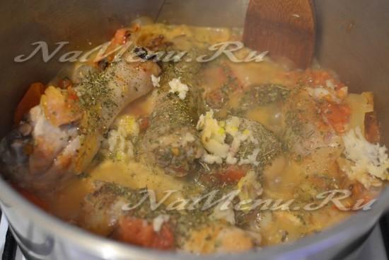 добавляем в него измельченный красный перец, чеснок и другие специи