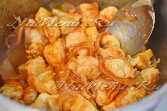 добавляем соль и перец, томатную пасту