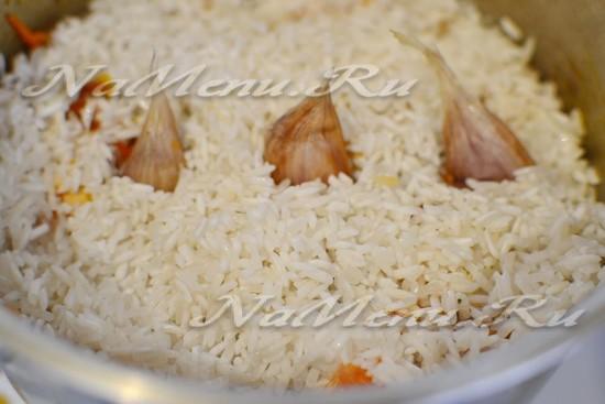 добавляем приправы для плова и барбарис, рис