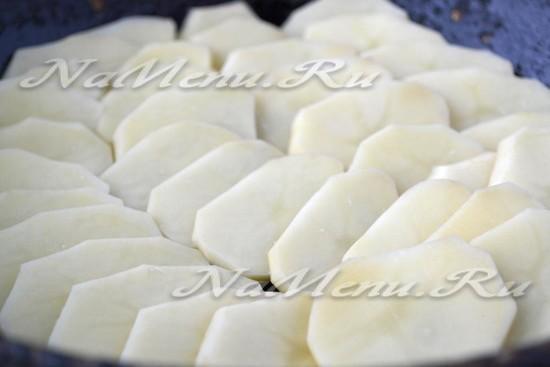 Выложить картофель на противень