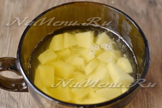 добавляем нарезанный кубиками очищенный картофель