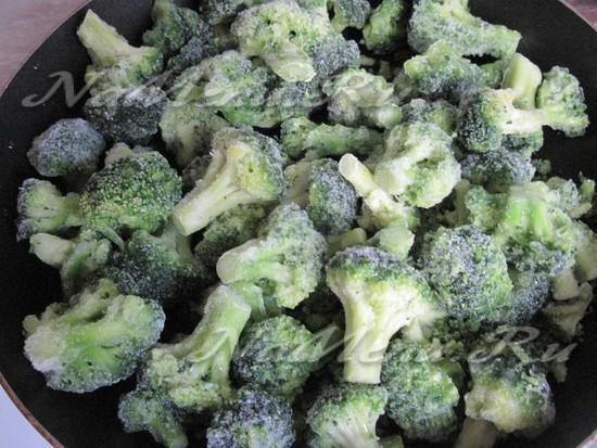 Выложить брокколи на сковороду