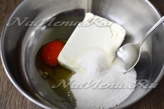 соединить творог, добавляем соль, сахар и яйца