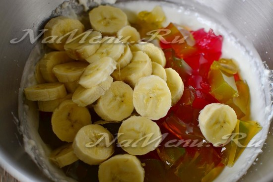 Добавить желе и бананы