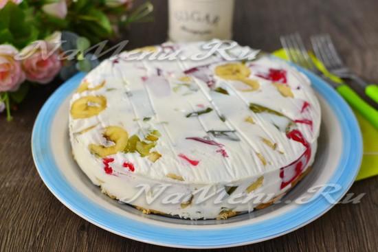 вынимаем десерт из формы и переворачиваем его на блюдо