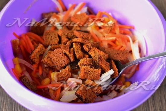 добавить мясо и лук, сухарики