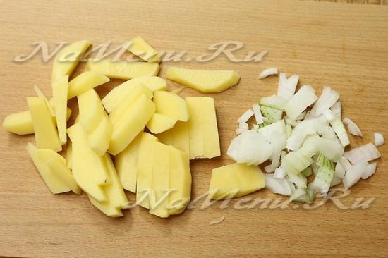 Нарезать картофель и лук
