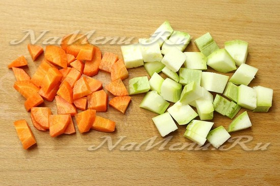 Нарезать морковь и кабачок