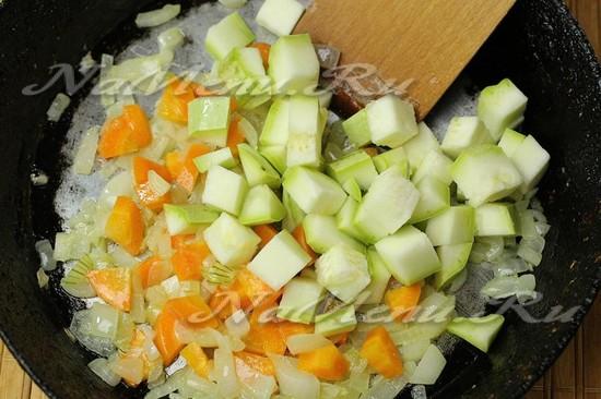 Добавить кабачок в сковороду