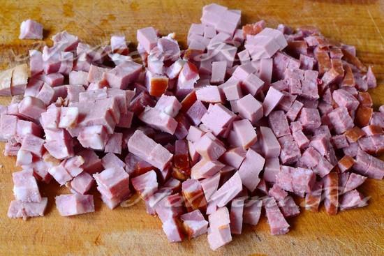 нарезаем мясные изделия