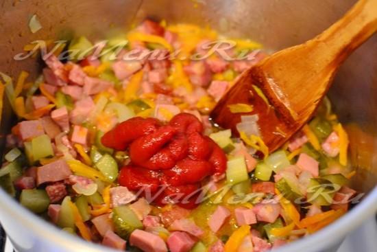 вливаем рассол из под огурцов, и добавляем томатную пасту