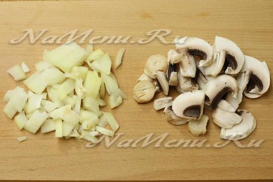Нарезаем грибы,лук