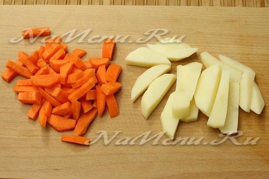 Нарезаем морковь и картошку