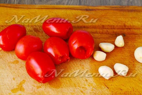 помидоры надрезать, сделав углубление