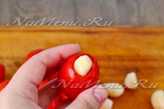 начиняем чесноком томаты