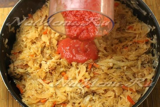 Выливаем томатное пюре в капусту