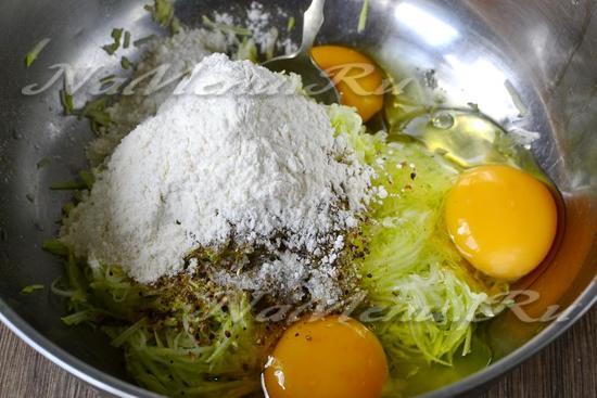 добавить муку, яйца