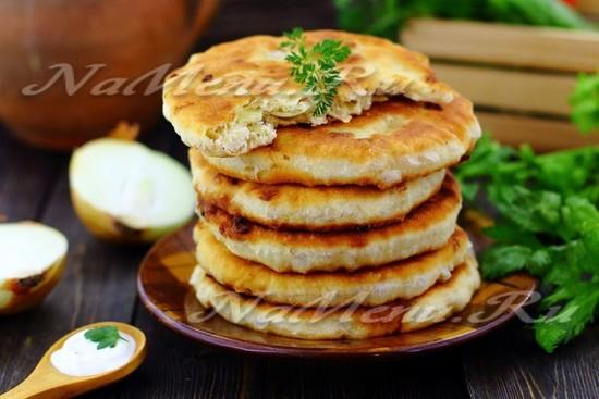 Лепёшки с луком на сковороде: рецепт с фото