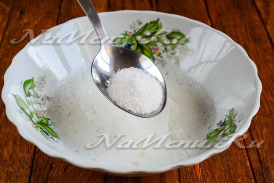 Постепенно добавлять сахарную пудру