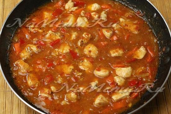 добавить куриное филе, влить воду, довести до готовности