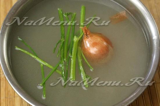 добавить лук, зелень, варить мясо два часа