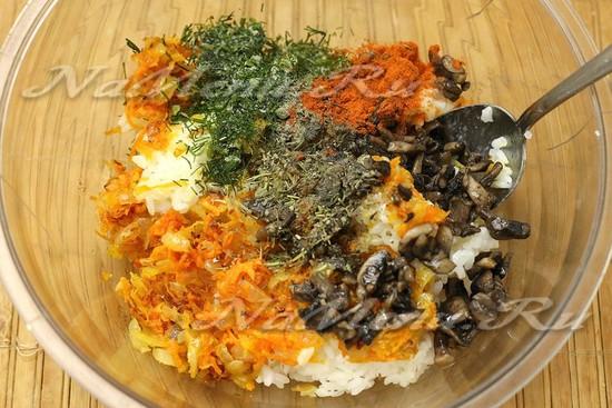 смешали рис, грибы, овощи, зелень
