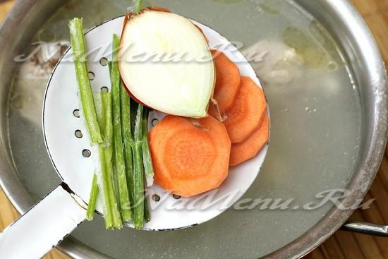 добавляем в бульон лук, сельдерей, морковь