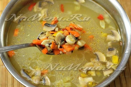 перекладываем овощи с грибами в суп