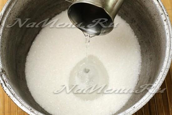 смешиваем сахар, воду