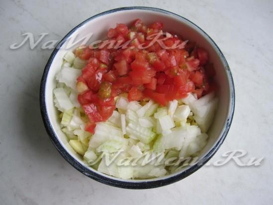нарезать лук и помидор