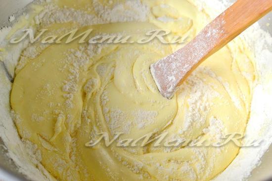 Лопаткой перемешиваем тесто